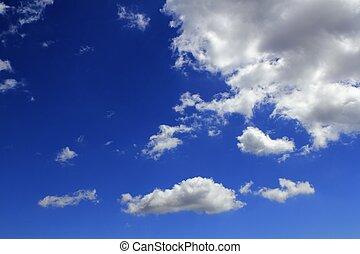 Las nubes de cielo azul gradúan las nubes de fondo