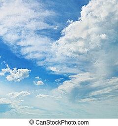 Las nubes de cumulus blancos contra el cielo azul