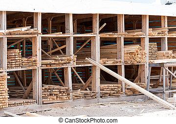 Las tablas de madera están en el almacén de materiales de construcción