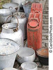 Latas y baldes de metal usados para transportar la leche