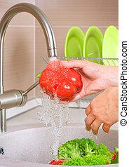 Lavando verduras frescas. Comida sana. Cocina