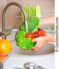 Lavando verduras frescas. Comida sana