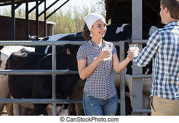 leche, actuación, niña, fresco, vaca, posición, alegre, niño, hangar
