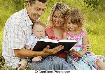 lectura, biblia, familia joven, naturaleza