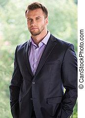 lejos, joven, formalwear, mirar, confiado, businessman., hombre, guapo