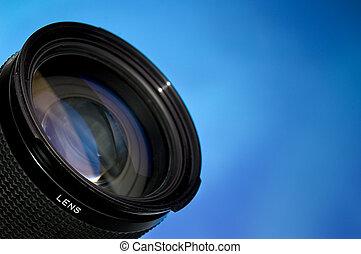 Lente de fotografía sobre azul