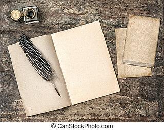 Libro abierto, herramientas de escritura clásica pluma y tintero