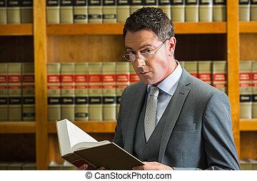 Libro de lectura de abogados en la biblioteca