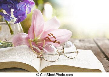 Libro en la mesa vieja con flores