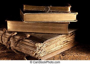 Libros antiguos apilados