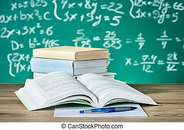 Libros escolares sobre un escritorio