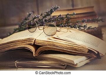 Libros viejos abiertos sobre la mesa de madera