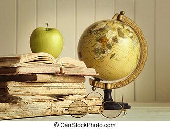 Libros viejos con manzana
