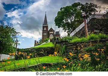 Lillies naranjas y iglesia católica St. Peters Roman, en Harper Ferry, Virginia del Oeste.