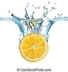Limón fresco cayó al agua con salpicaduras aisladas en blanco