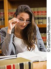 Linda abogada en la biblioteca