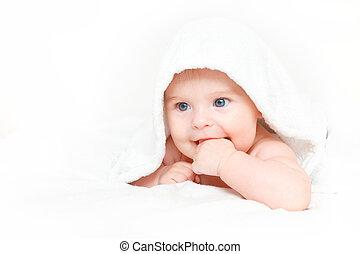 Lindo bebé con toalla