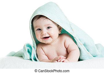 Lindo bebé feliz con toallas