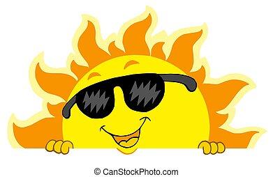 Lindo sol acechador con gafas de sol