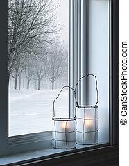 Linternas acogedoras y paisajes de invierno vistos a través de la ventana