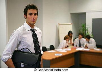 Llega un hombre a la reunión de negocios