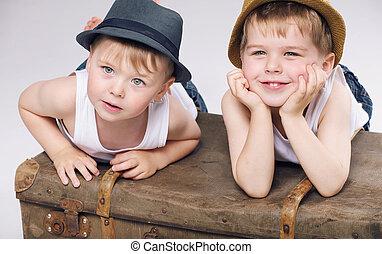 llevando, hermanos, foto, sonriente, blanco, ropa