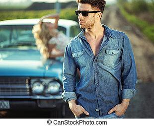 llevando, moderno, tipo, gafas de sol, guapo