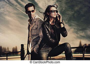 llevando, pareja, gafas de sol, atractivo, joven