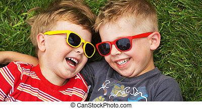 llevando, sonriente, gafas de sol, hermanos, imaginación