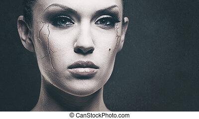 Llora, nena... Desagradable retrato femenino para tu diseño