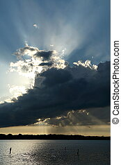 Lluvia nocturna iluminada sobre el lago de la medicina en Plymouth, Minnesota