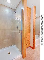Lluvia y bañera en un nuevo baño con armario
