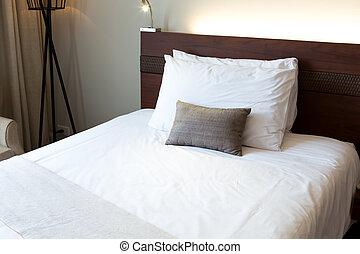 lnterior de la moderna y cómoda habitación de hotel