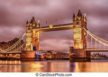 Londres, el Reino Unido: puente torre sobre el río Támesis