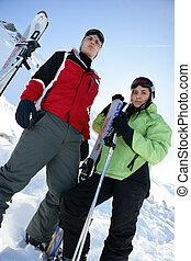 Los adolescentes esquiando