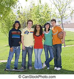 Los adolescentes van al parque