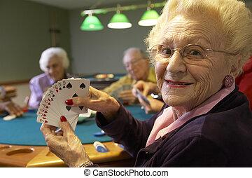 Los adultos mayores jugando al bridge