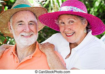 Los ancianos felices con sombreros