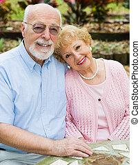 Los ancianos felices enamorados