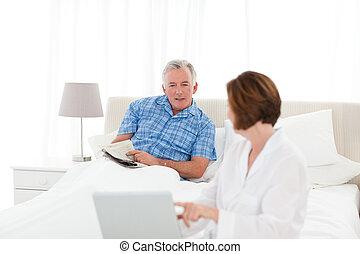 Los ancianos hablan en la cama
