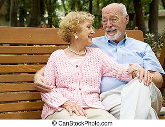 Los ancianos se relajan en el parque