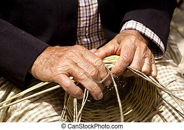 Los artesanos de Basketry trabajan en la canasta del Mediterráneo