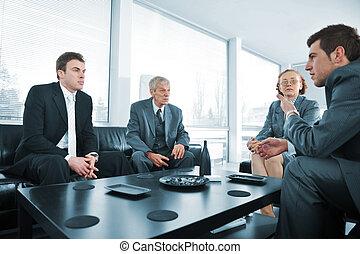 Los buscadores tienen un descanso en la reunión de la oficina