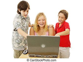 Los chicos se divierten en línea