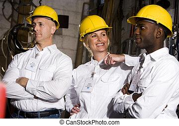 Los compañeros conversan en la sala de mantenimiento
