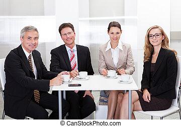 Los ejecutivos de negocios disfrutan del café