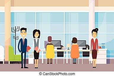 Los empresarios asiáticos en la oficina moderna trabajan en la computadora