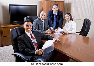 Los empresarios hispanos se reúnen en la sala de juntas