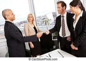 Los empresarios intercambian tarjetas