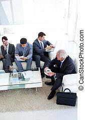 Los empresarios internacionales esperan una entrevista de trabajo. Concepto de negocios.